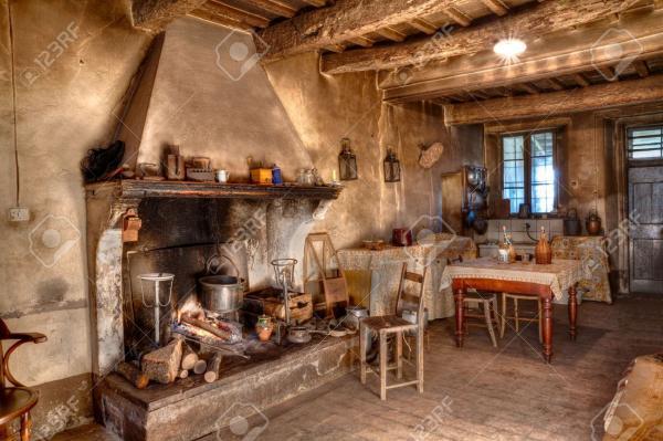 18306259 ancienne ferme fois int rieur d une ancienne maison de campagne avec chemin e et cuisine banque d images